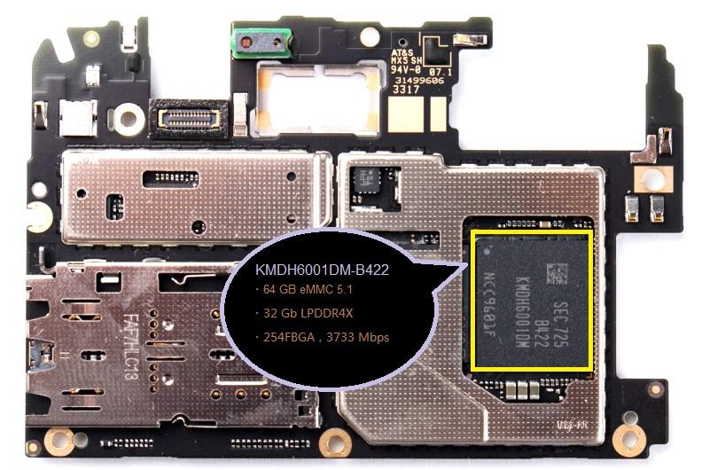 原本UFS应该从手机高端市场向中低端市场扩大普及,但因为2016年NAND Flash市场缺货,导致eMMC和UFS价格水涨船高,其中eMMC价格最高累计涨幅超过60%,同时也拉大了eMMC与UFS之间的价差。考虑到成本的因素,大部分的中、低端手机依然以eMMC/eMCP为主流存储方案。 eMMC是将NAND Flash芯片和控制芯片都封装在一起,eMCP则是将Mobile DRAM和eMMC封装在一起。2017年不仅仅是NAND Flash缺货和涨价,Mobile DRAM也面临着同样的问题,对于手机厂